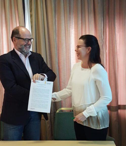 Minna Ståhl ja Stephano Negrini allekirjoittamassa yhteistyösopimusta Budapestissa 2019